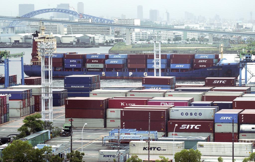 大阪府内の港に積まれたコンテナ(AP)
