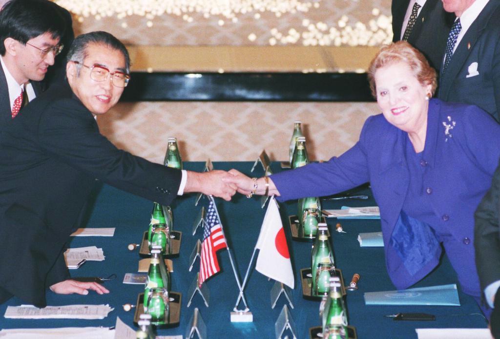 当時の小渕恵三外相と握手するマデレーン・オルブライト米国務長官 =平成10年、東京都港区の外務省飯倉公館