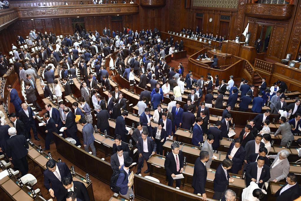 第199臨時国会が閉幕、衆院本会議場を後にする議員=8月5日