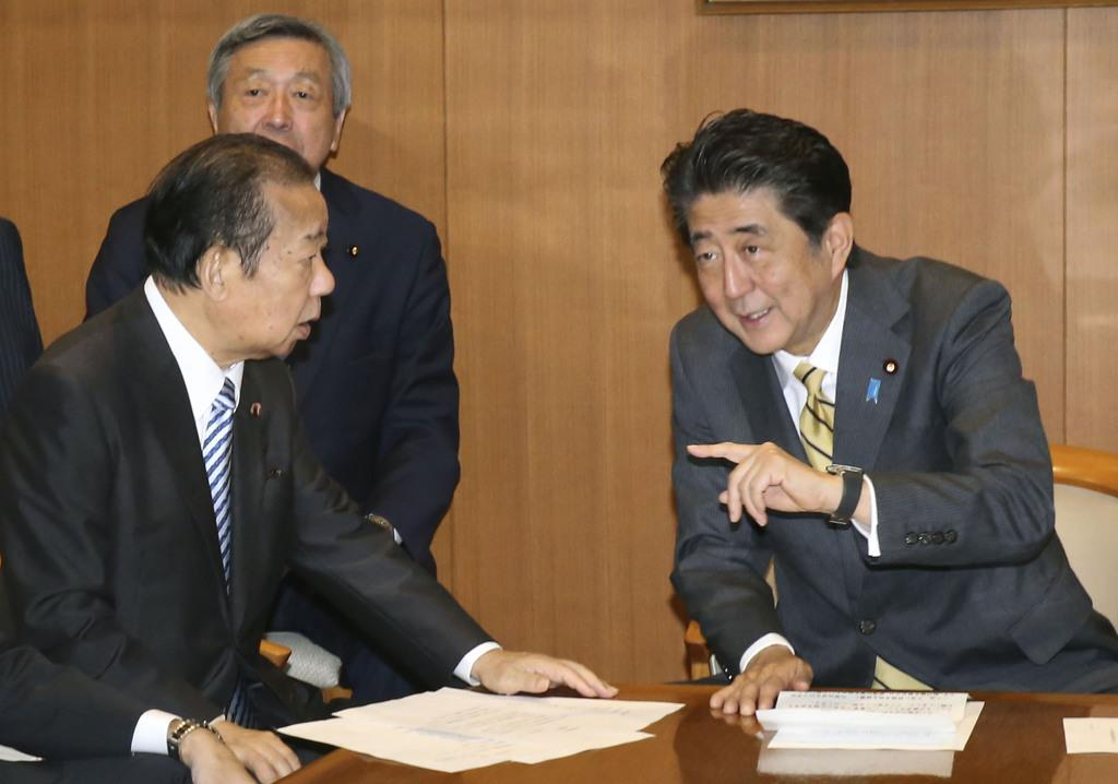 自民党役員会で、二階俊博幹事長(左)と話す安倍晋三首相=9月11日、東京・永田町の党本部