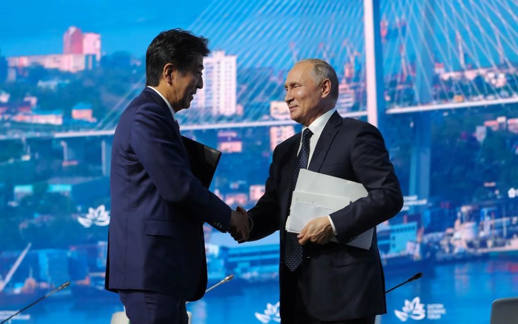 東方経済フォーラムの全体会合後に握手する安倍晋三首相とロシアのプーチン大統領。平和条約締結への姿勢で温度差が目立った(ロイター)