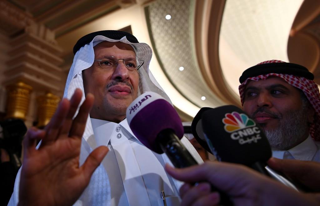 会見するサウジアラビアのアブドルアジズ・エネルギー相=17日(ロイター)