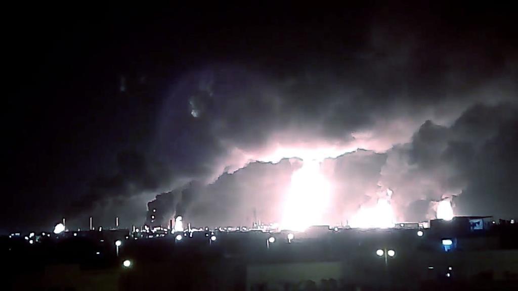 14日、サウジアラムコの石油施設で上がる煙=サウジアラビア東部(ソーシャルメディアより、ロイター)