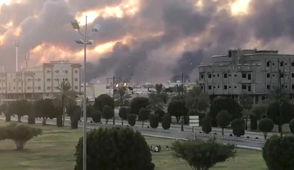 サウジアラビア東部で、石油施設から上がる煙=14日(ソーシャルメディアより、ロイター)