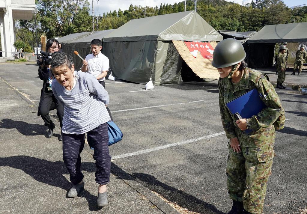 自衛隊が設営した仮設風呂を利用したお年寄り=19日午後、千葉県君津市