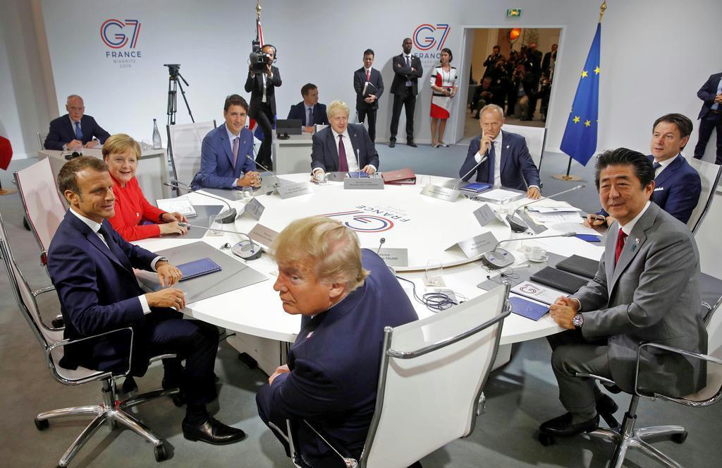 先月のG7サミットの会合で円卓を囲む各国首脳ら。日米欧の関係も新たな時代を迎えている=8月25日、仏南部ビアリッツ(ロイター)