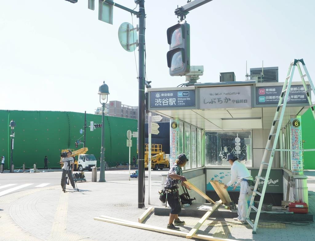 オープンセットには渋谷地下街(しぶちか)の出入り口も再現された=19日午後、足利市五十部町