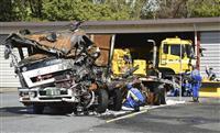 大破トラックを実況見分 京急線の踏切衝突事故