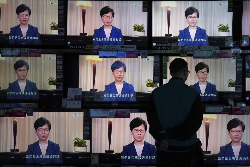 香港で4日、デモの発端となった「逃亡犯条例」改正案を撤回した林鄭月娥行政長官の演説を伝えるテレビ。中国建国70周年を祝う10月1日の国慶節を控え、混乱が収束する気配はない(AP)