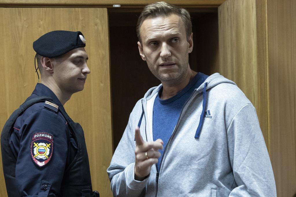 ロシアの反体制派指導者、ナワリヌイ氏(右)=2018年8月27日、モスクワ(AP)