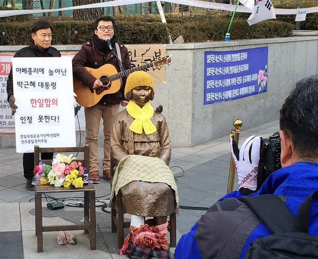 ソウルの日本大使館前に設置された慰安婦像のそばで抗議する男性(藤本欣也撮影)