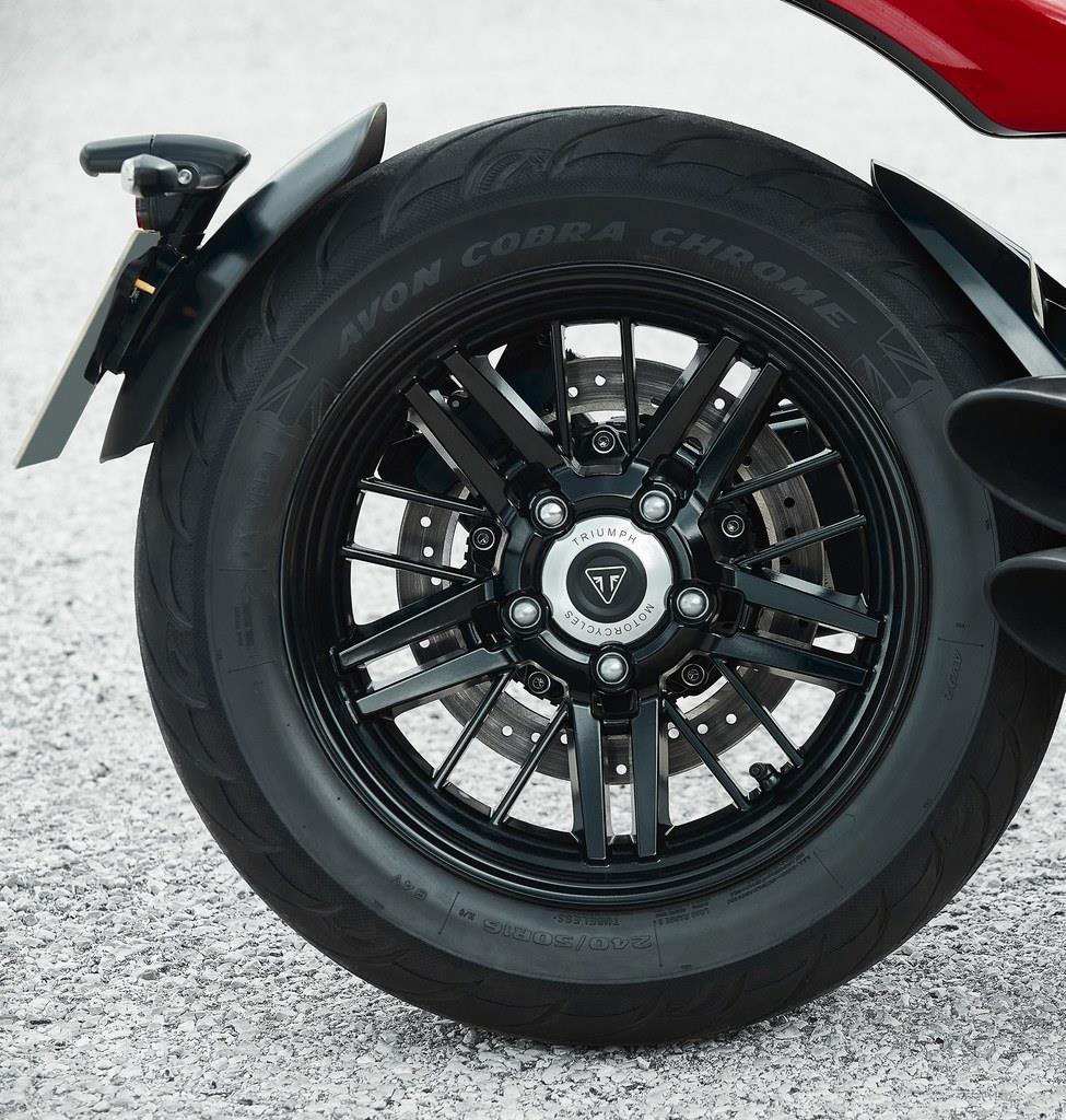 前17インチ、後ろ16インチのアルミキャストホイール。ブレーキはブレンボ製で前後共に4ピストンモノコックキャリバーを備える。