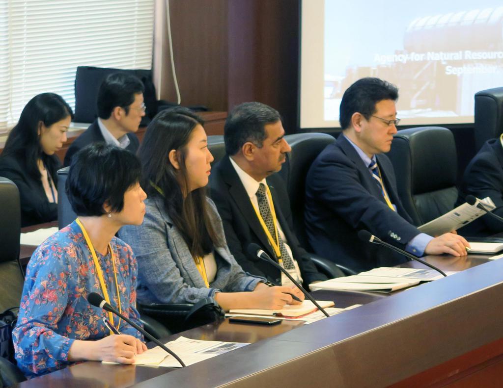 東京電力福島第1原発の処理水の状況に関する説明を聞く韓国大使館関係者(手前左の2人)ら在京大使館関係者=4日午前、東京都内