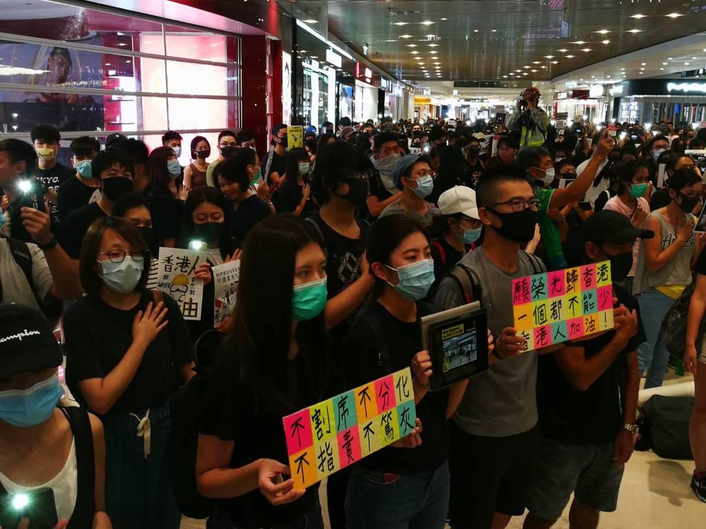 香港北部・元朗区の商業施設で21日夜、白服の集団がデモ参加者らを襲撃した事件に対して抗議する集会が行われた(森浩撮影)