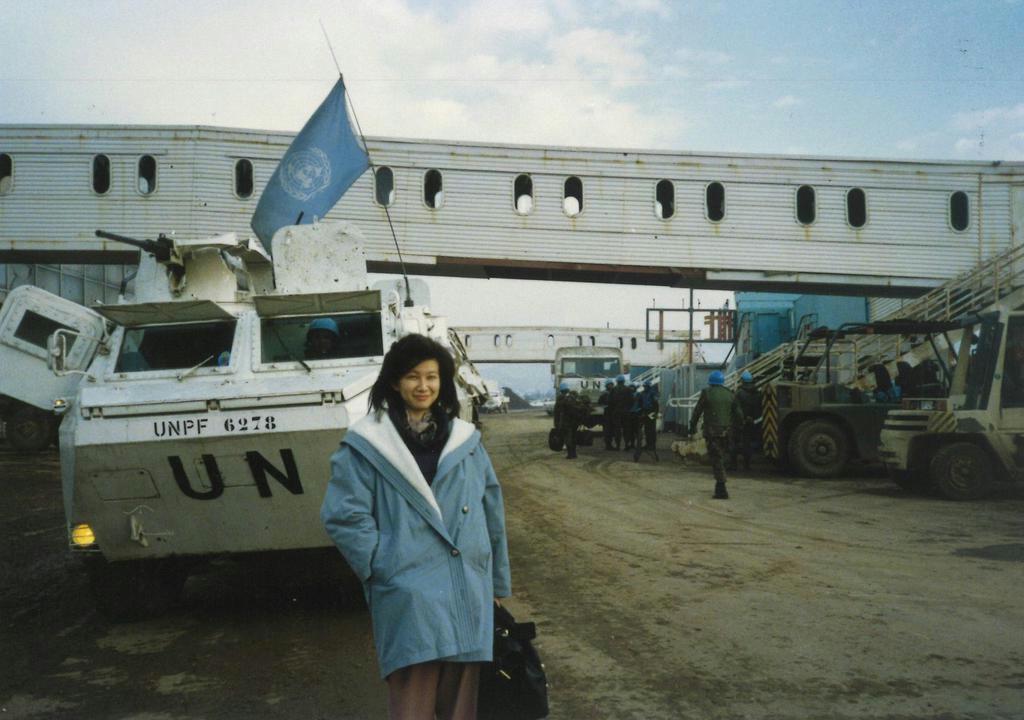 サラエボ空港にて。ボスニア紛争の最中で、ジャケットの下には防弾チョッキを着用している