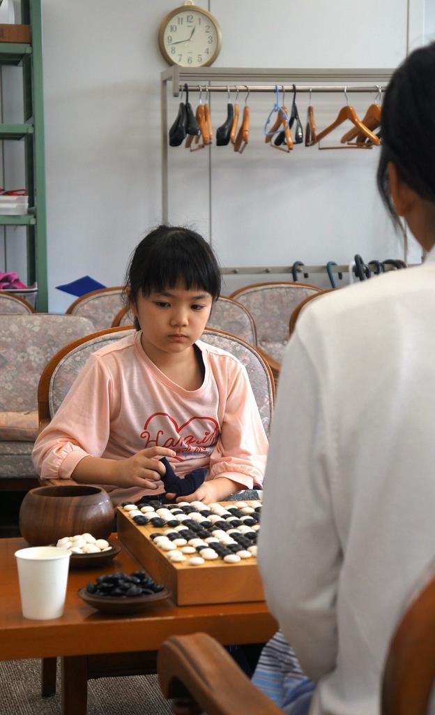 若鯉戦予選1回戦で羽根彩夏初段(右)に勝利した仲邑菫初段=23日午後、大阪市中央区の関西棋院