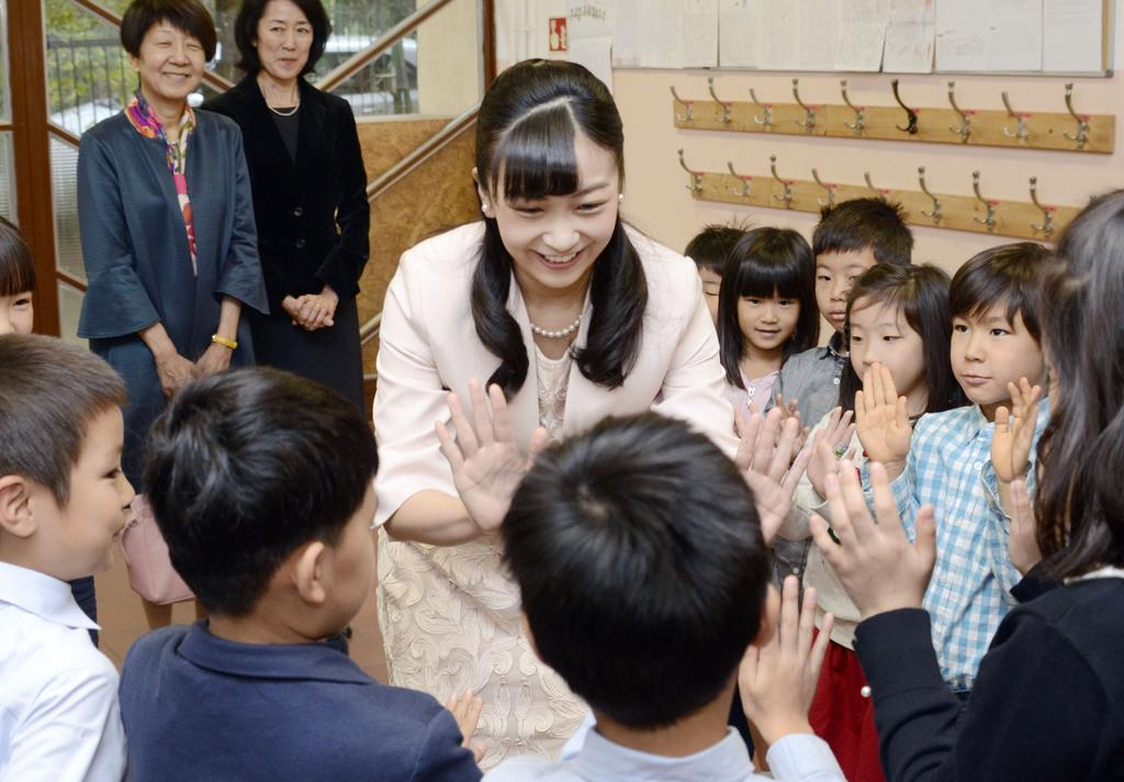 佳子さま、子供たちとハイタッチ ハンガリーで日本人学校ご視察