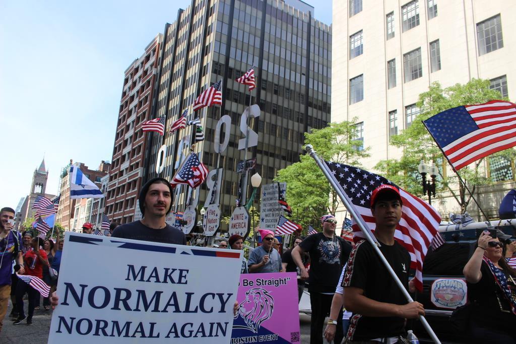 8月31日、米ボストンで行われた「ストレートパレード」で「正常さを再び正常に」と書かれたプラカードを持つ男性(上塚真由撮影)