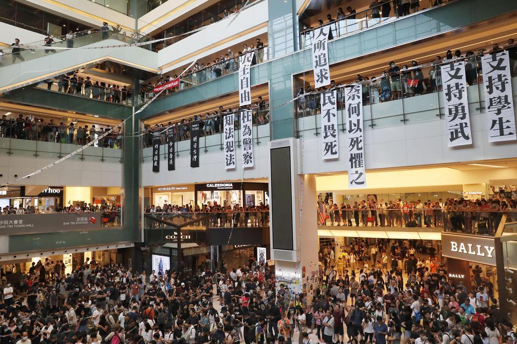 香港・新界地区の商業施設を占拠する若者ら=22日(共同)