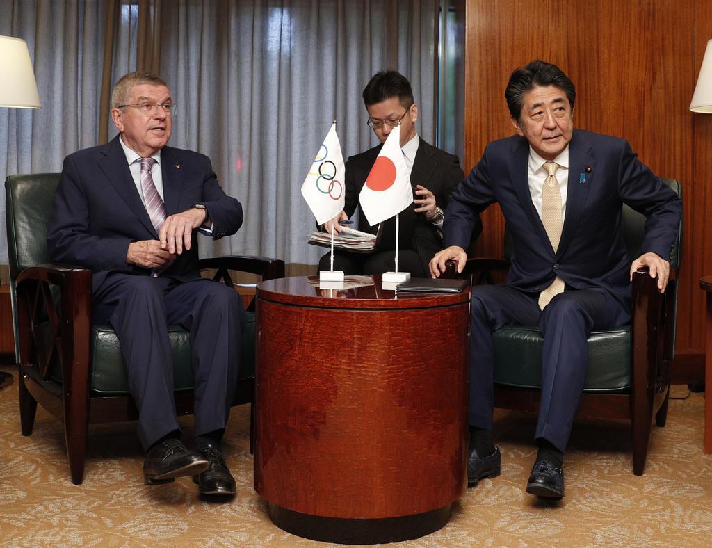 会談するIOCのバッハ会長(左)と安倍首相=23日、米ニューヨーク(共同)