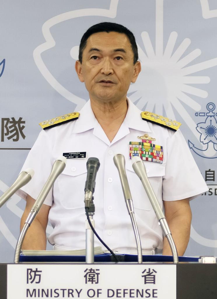 記者会見する山村浩海上幕僚長=24日午後、防衛省