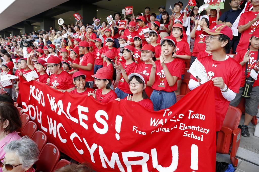 北九州市でのウェールズ代表の公開練習に集まった大勢のファン=16日