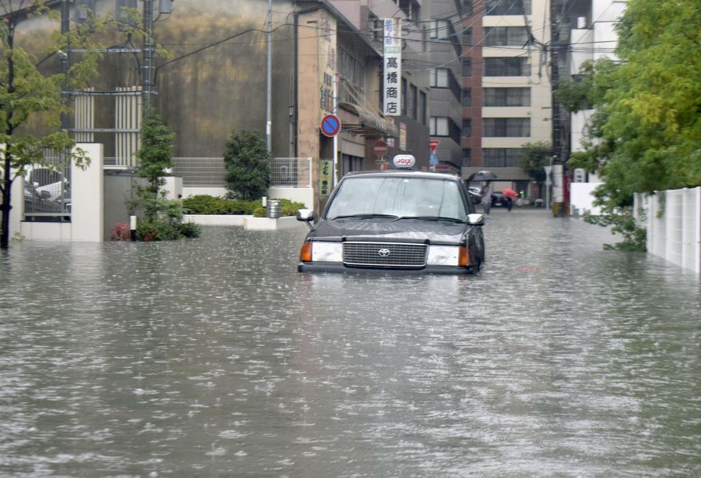 大雨の影響で道路が冠水し、立ち往生したタクシー=令和元年8月28日午前8時、佐賀市