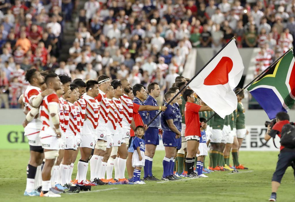 ラグビーW杯前最後の実戦となる南アフリカとの壮行試合を前に、国歌斉唱で整列する日本フィフティーン。日本と外国出身の選手で構成される「ワンチーム」で大会8強入りを目指す=9月6日夜、埼玉・熊谷ラグビー場