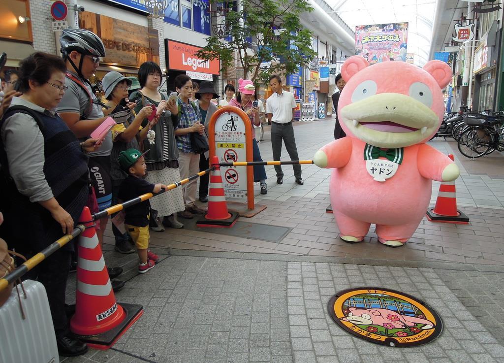 マンホールふたのお披露目に合わせて商店街に登場したヤドン=高松市(吉田智香撮影)
