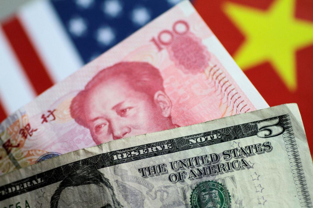 米中対立が影響。写真は人民元とドルの紙幣(ロイター)