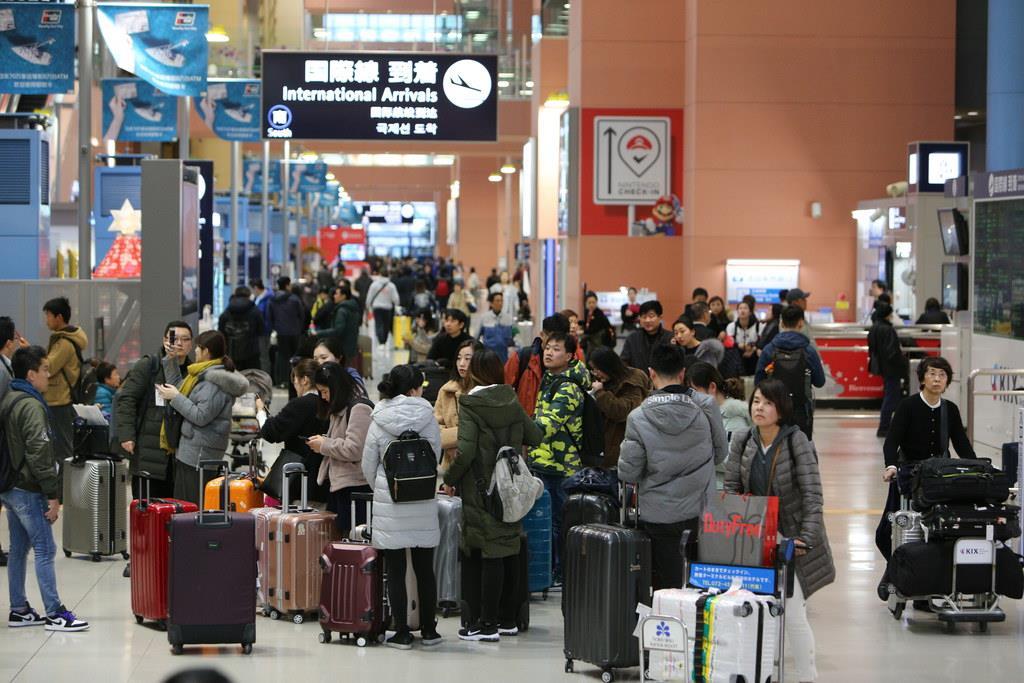 訪日客でにぎわう関西国際空港=2018年12月18日、大阪府の関西国際空港(寺口純平撮影)