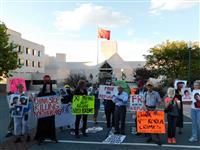 脱北者の送還に抗議 在米中国大使館前などで
