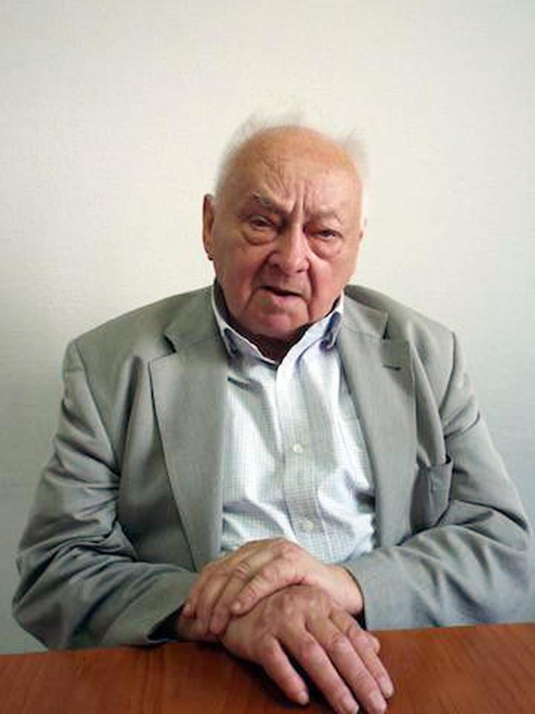 インタビューにこたえる元KGB大佐のアレクセイ・キリチェンコ氏(遠藤良介撮影)