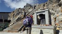 悲しみこらえ犠牲者しのぶ 御嶽山噴火5年で追悼式 遺族ら献花