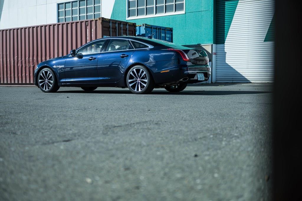 【主要諸元】全長×全幅×全高:5135mm×1455mm×1900mm、ホイールベース:3030mm、車両重量:1890kg、乗車定員:5名、エンジン:2994ccV型6気筒DOHCスーパーチャージド付き(340ps/6500rpm、450Nm/3500rpm)、トランスミッション:8AT、駆動方式:FR、タイヤサイズ:フロント245/40ZR20、リア275/35ZR20、価格:1321万円(OP含まず)。
