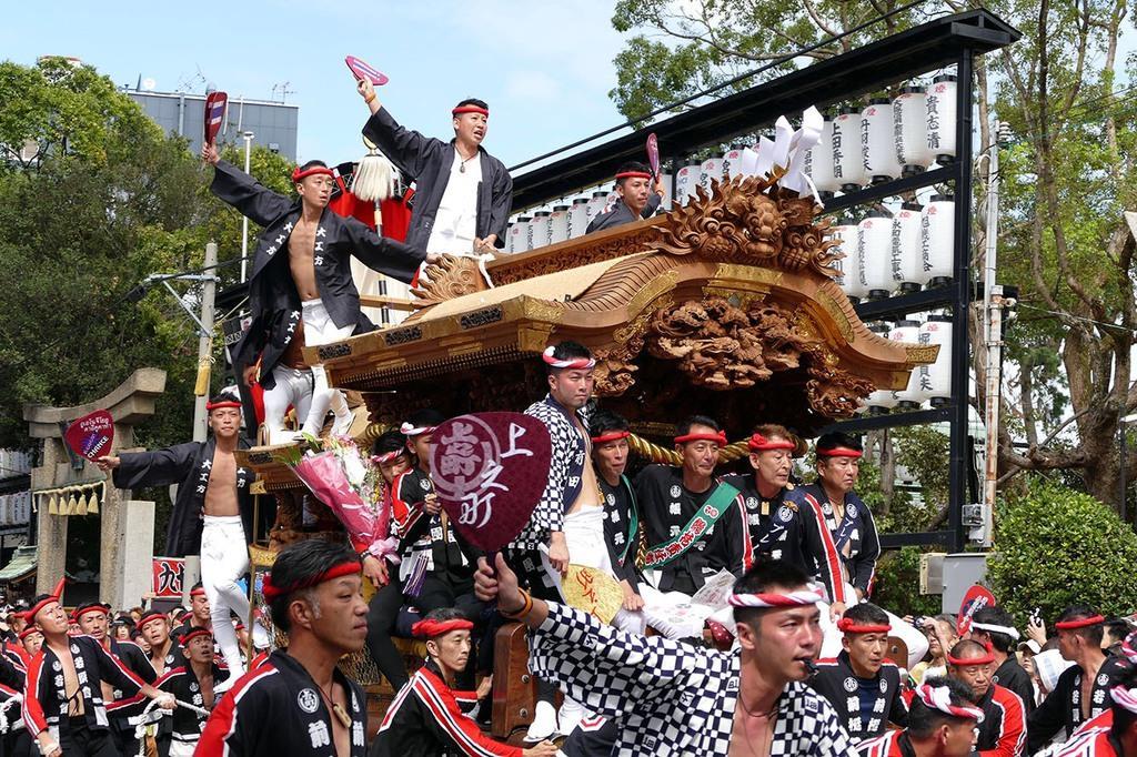 昨年の泉大津濱八町だんじり祭。オレンジリングを着けた手で、うちわを上げる男性の姿もあった(川端徹さん提供)