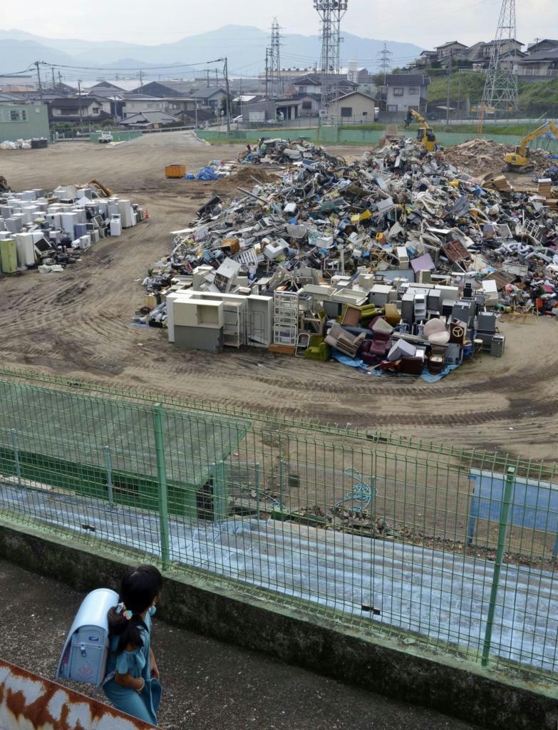 佐賀県大町町の仮置き場に積まれた災害ごみ