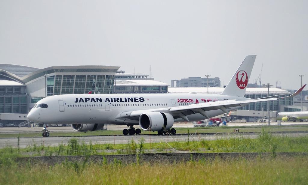 日本航空の新型機エアバスA350=12日、福岡空港