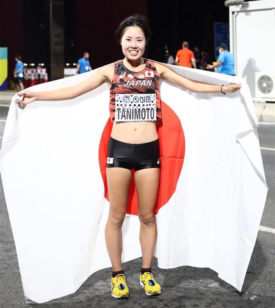 世界陸上2019 女子マラソン決勝、7位入賞でフィニッシュし日の丸を掲げる谷本観月=28日、ドーハ(桐山弘太撮影)