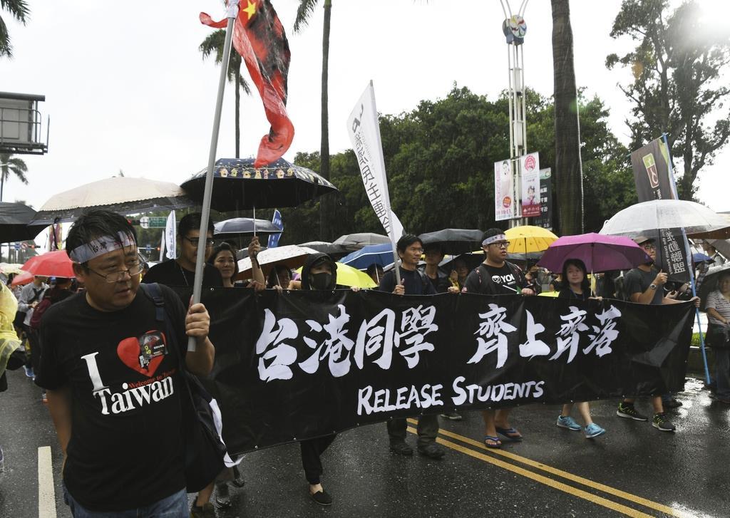 13版3面 台湾で香港民主支援デモ