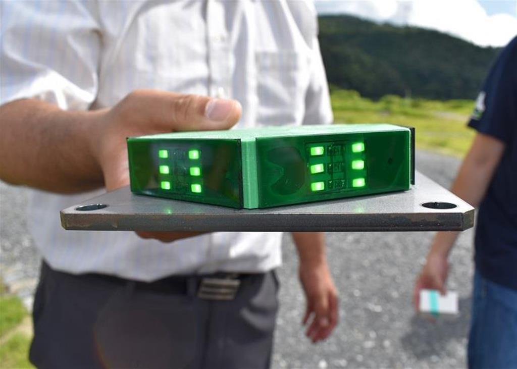 鉄製の土台にアクリル製の六角形を配置した照明は、リモコンスイッチでLEDライトが点灯する