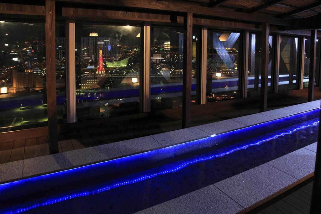 絶景を楽しめる足湯も魅力の「万葉倶楽部」=神戸市中央区