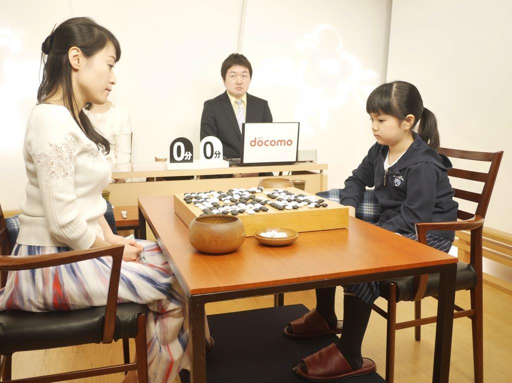 囲碁の第23期女流棋聖戦で敗れた仲邑菫初段(右)は、万波奈穂四段に敗れ悔しそうな表情をみせる