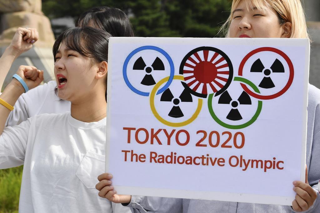 韓国大統領府近くの広場で、東京五輪ボイコットを訴え気勢を上げる学生ら=9月26日、ソウル(共同)