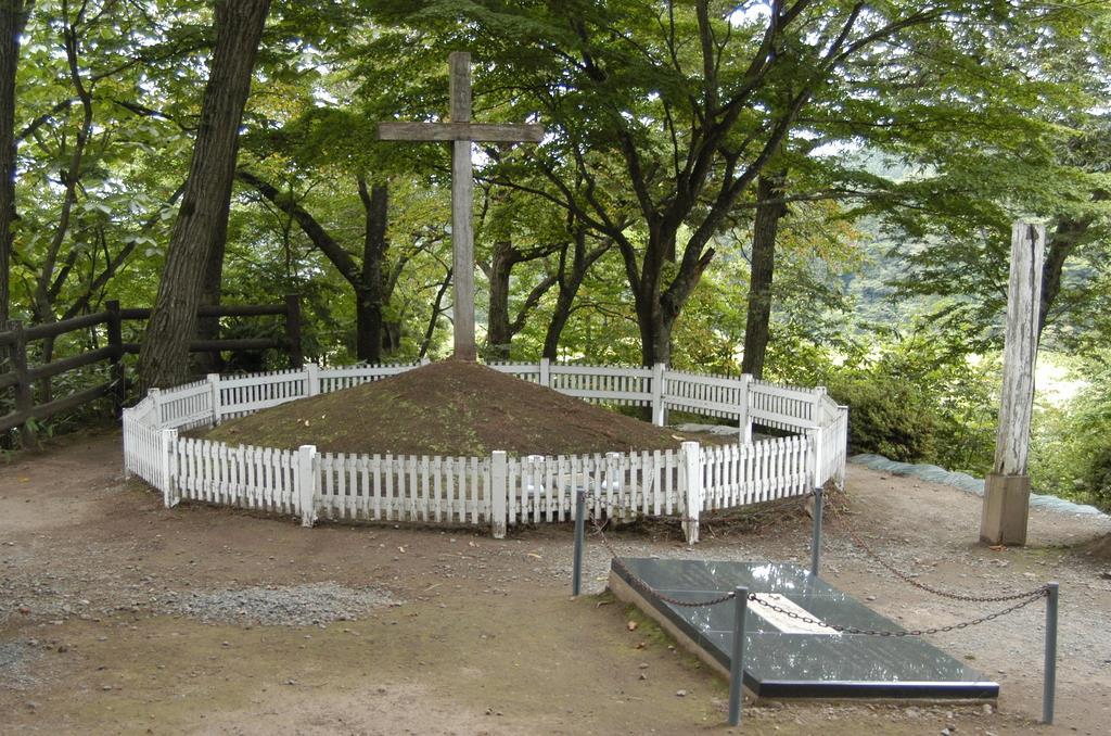 木々に囲まれ、白い柵で覆われたキリストの墓=青森県新郷村(福田徳行撮影)