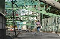 倒壊の鉄柱、撤去されず3週間 千葉・市原のゴルフ練習場