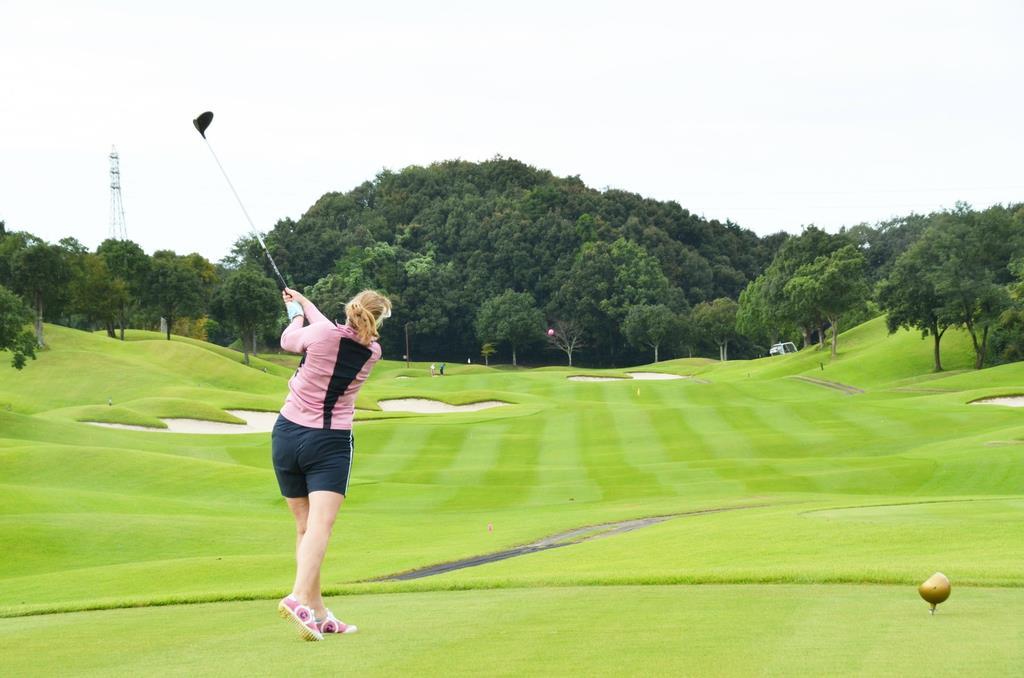 「みえゴルフツーリズム推進機構」のモニターツアーに参加したイギリスのゴルフコンサルタント、サラ・フォレストさん。渋野日向子選手について「日本人ゴルファーの存在を知らしめるのにすごく強い影響を与えた」と称賛した =9月18日午後、三重県津市のエクセレントゴルフクラブ伊勢大鷲コース(上野嘉之撮影)