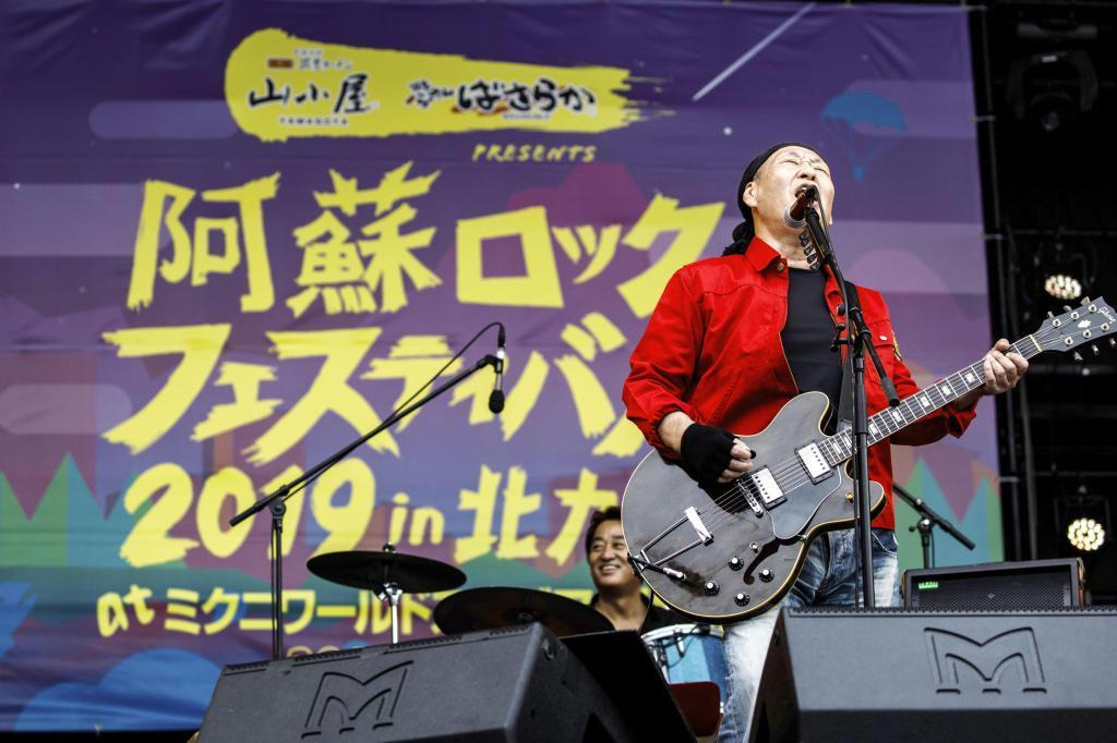 熱唱する泉谷しげるさん((C)阿蘇ロックフェスティバル2019製作委員会提供)