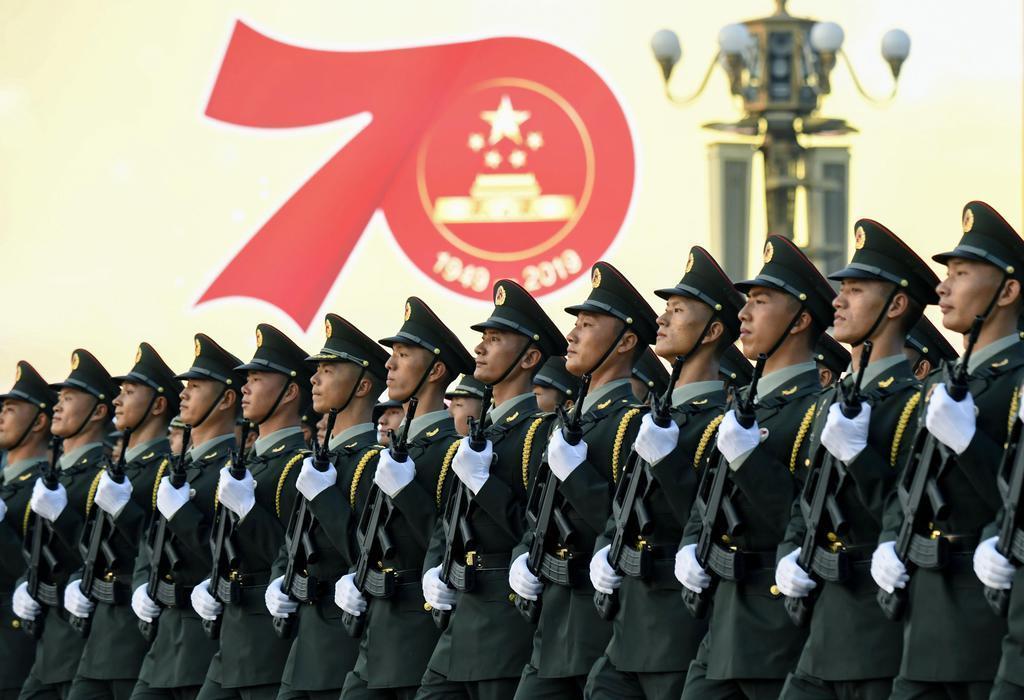 中国建国70年の記念式典を前に、北京の天安門広場前を行進する兵士=10月1日(共同)