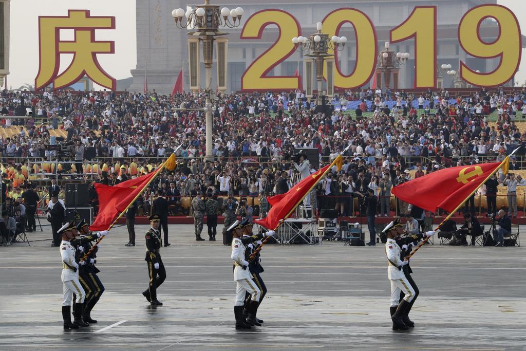 建国70年祝賀行事のリハーサルを行う人民解放軍の兵士たち(AP)